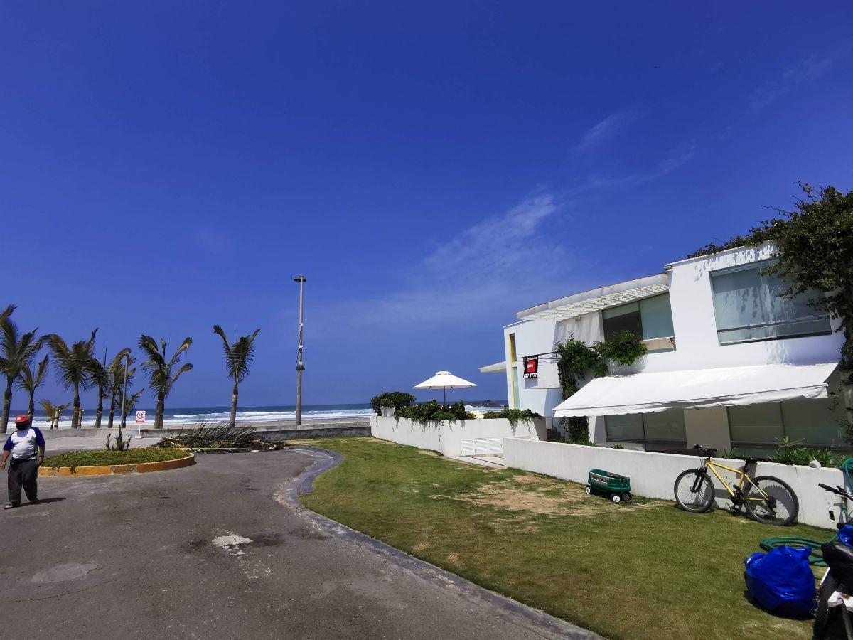 7 de 33: La casa está en esquina, en cul-de-sac frente al mar