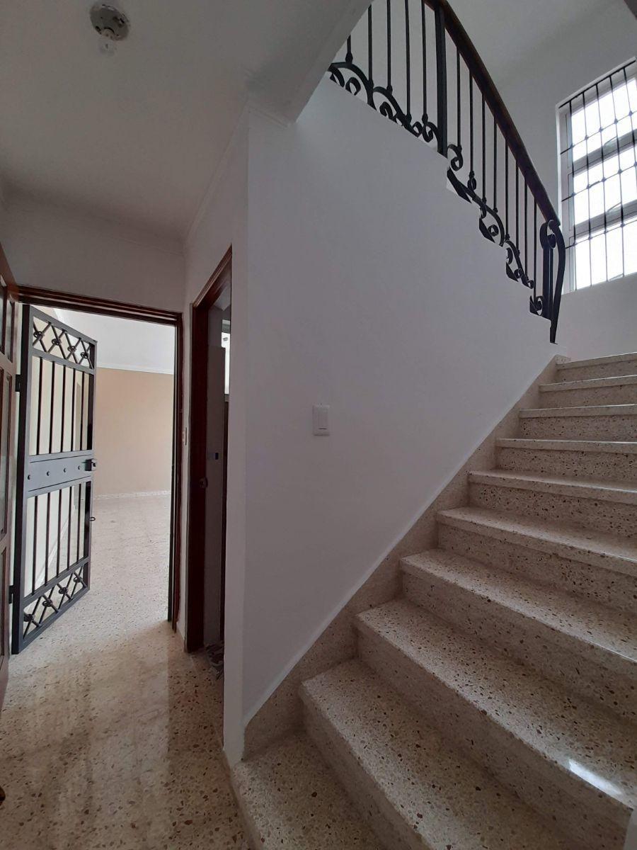 13 de 25: Vista escaleras, baño de visita y salida a la marquesina