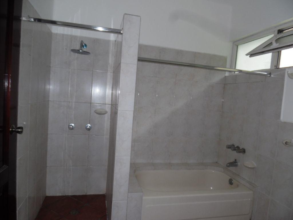 15 de 17: Baño completo con Tina, y ducha, espejos y mueble de baño