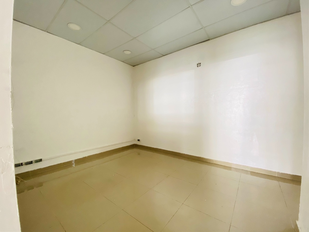 6 de 7: Área de Oficina con baño