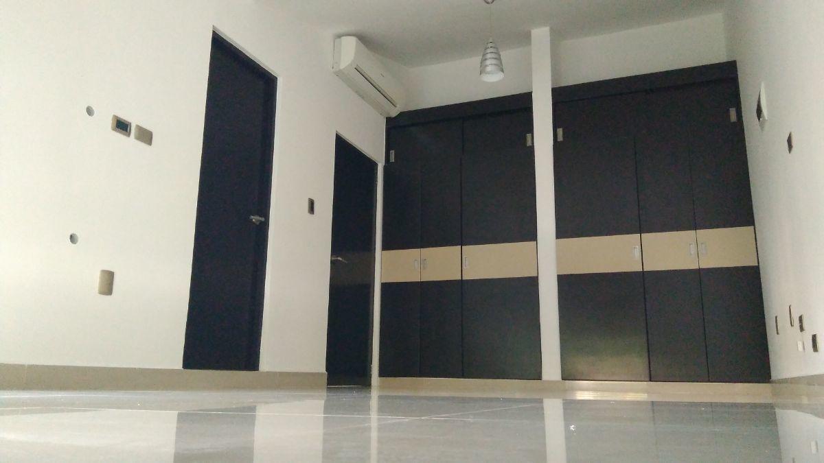 17 de 21: Área de closet en recámara principal.