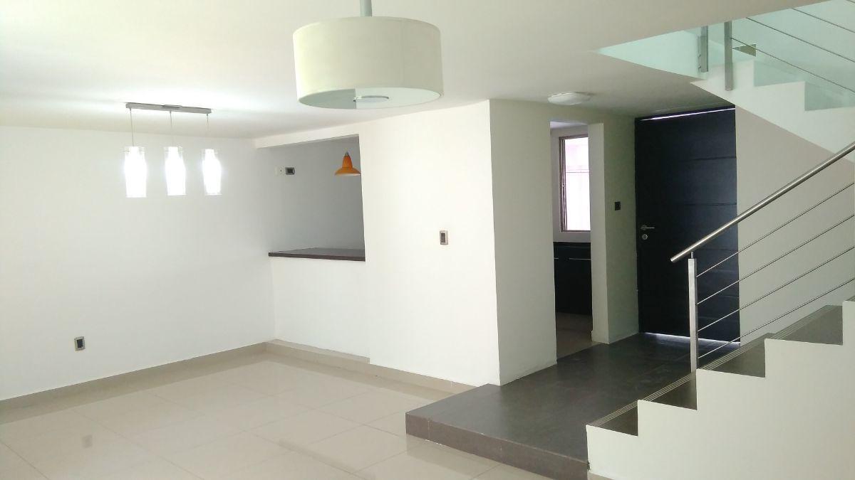 3 de 21: Área de comedor y cocina abierta.