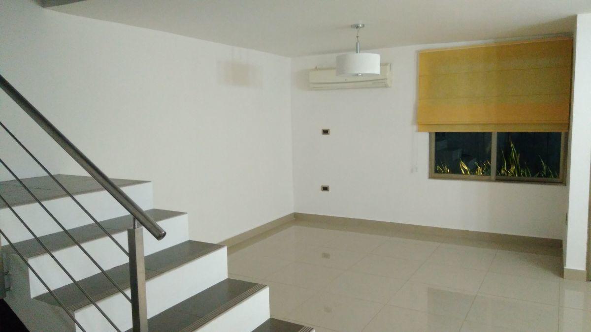5 de 21: Área de sala con remate visual con muro de cantera negra.