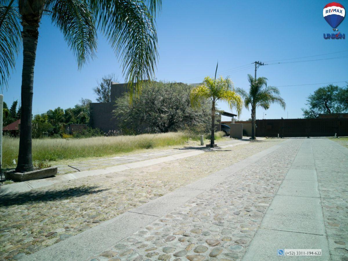 5 de 14: A la Izq terreno y al fondo la entrada a la privada