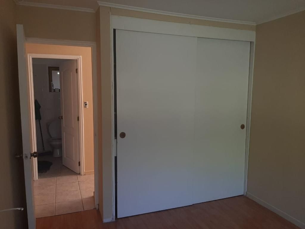 13 de 21: Dormitorio  2 con vista a closet y baño compartido