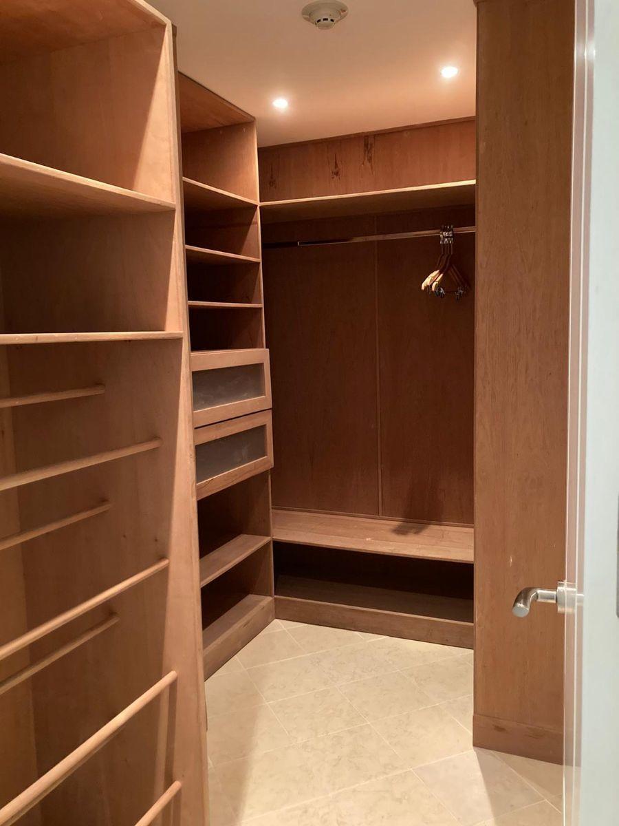 14 de 20: Walk-in closet en la habitación principal