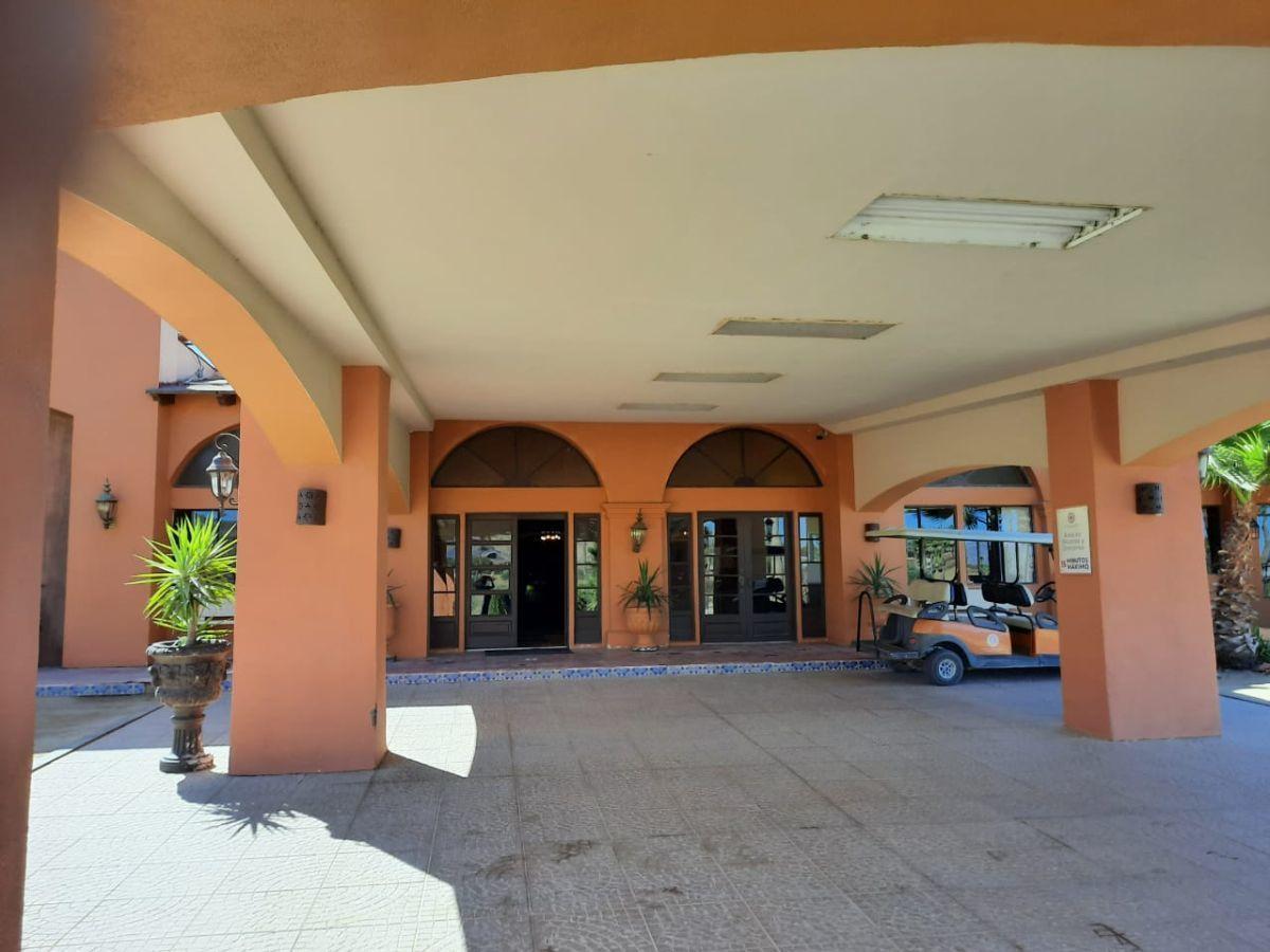 2 de 17: Entrada al Hotel Resort