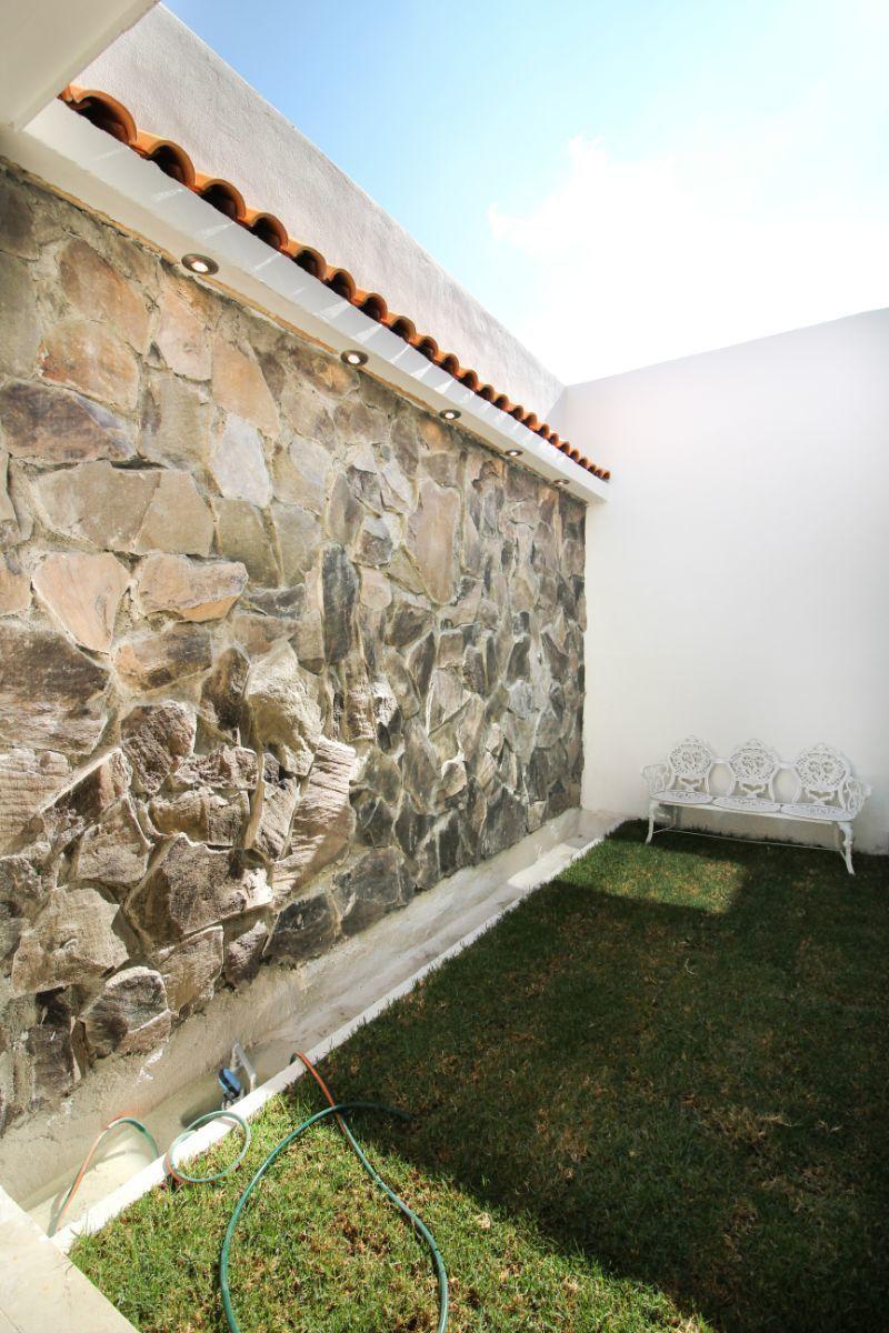 12 de 23: Muro llorón en jardín