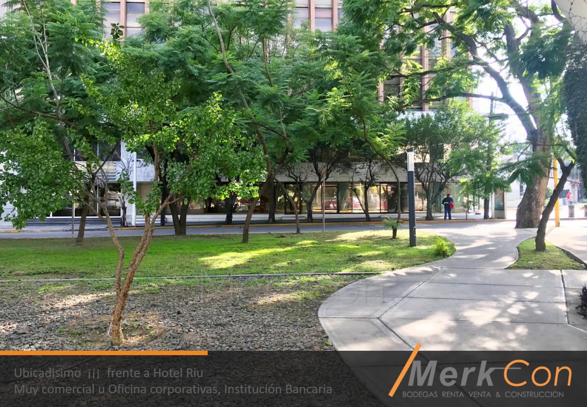 1 de 14: Área peatonal frente a propiedad esquina Av Lázaro cardenas