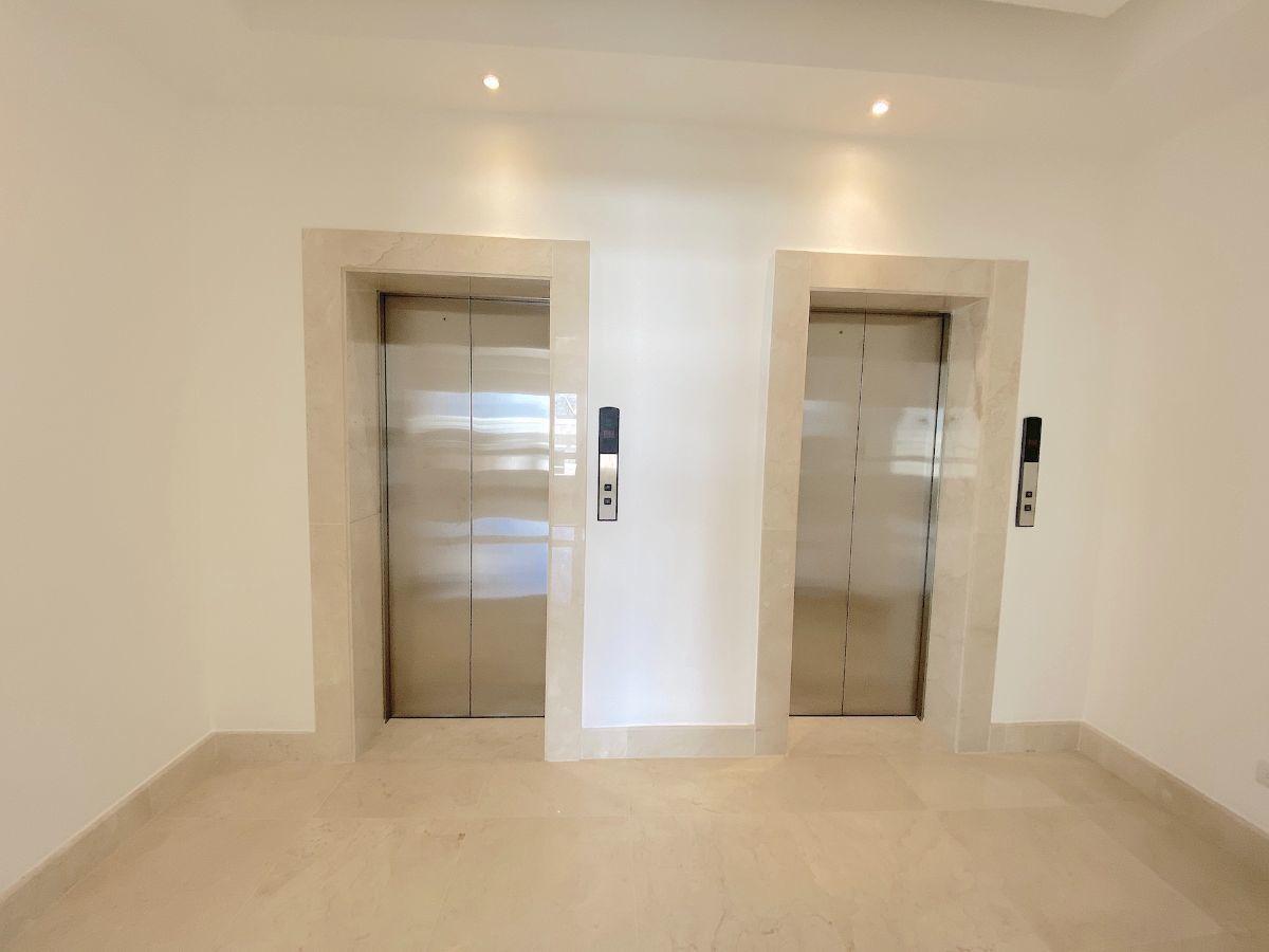 20 de 23: 2 elevadores principales privados y 1 elevador de carga