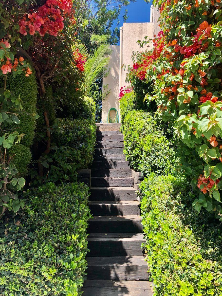 22 de 22: Escalera lateral acceso piscina y jardín