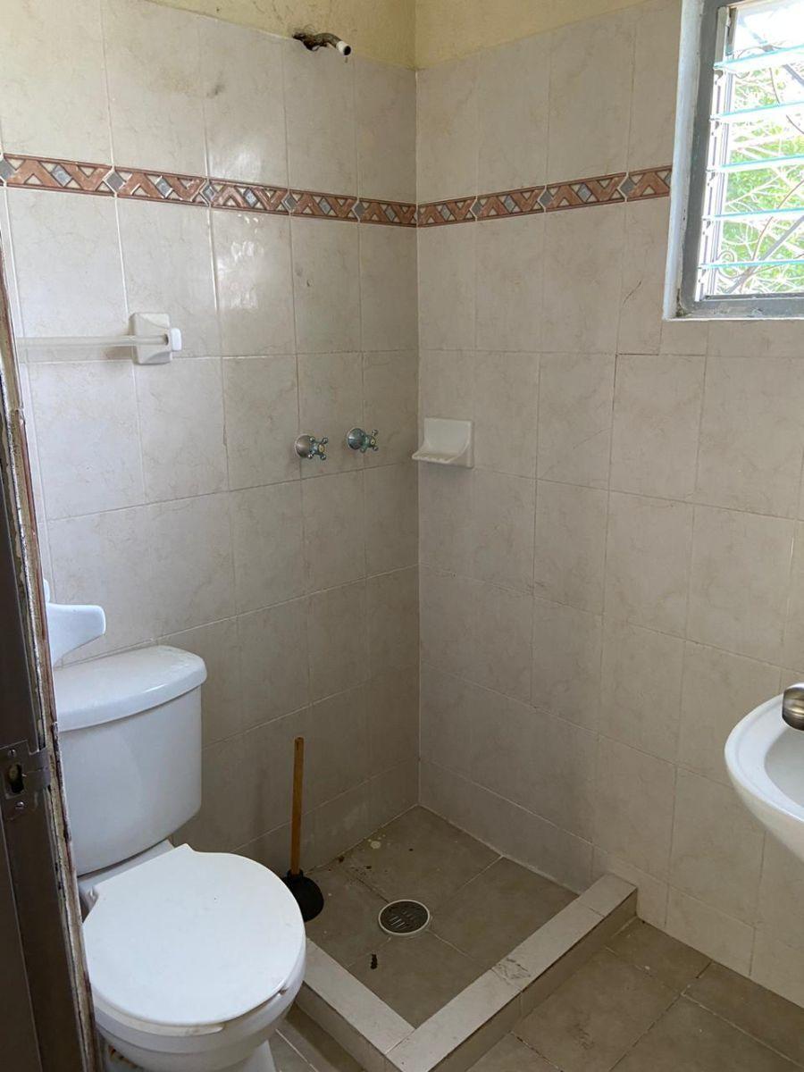 6 de 17: Baño de habitación 1