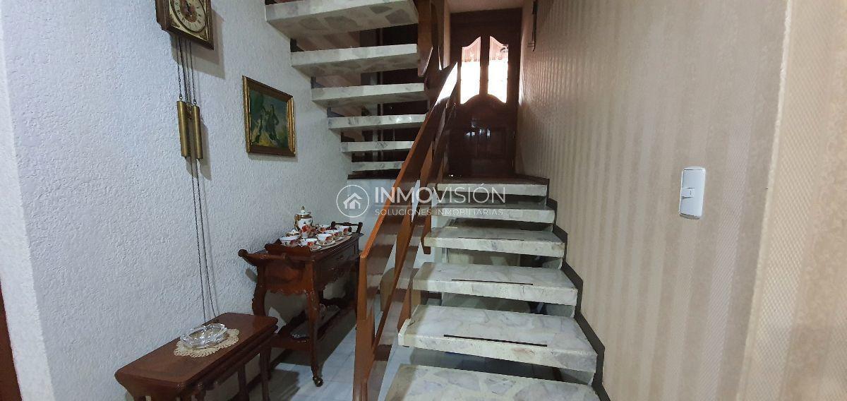 12 de 38: Escalera volada con barandal de madera en encino