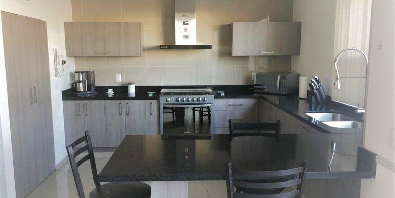7 de 18: Cocina equipada con barra y cubierta granito