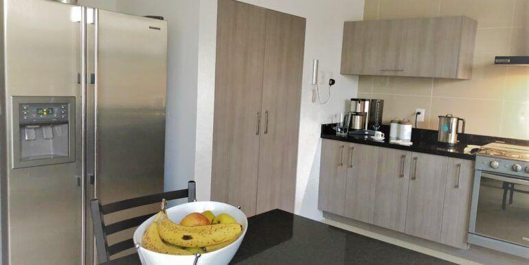 8 de 18: Cocina equipada con barra y cubierta de granito