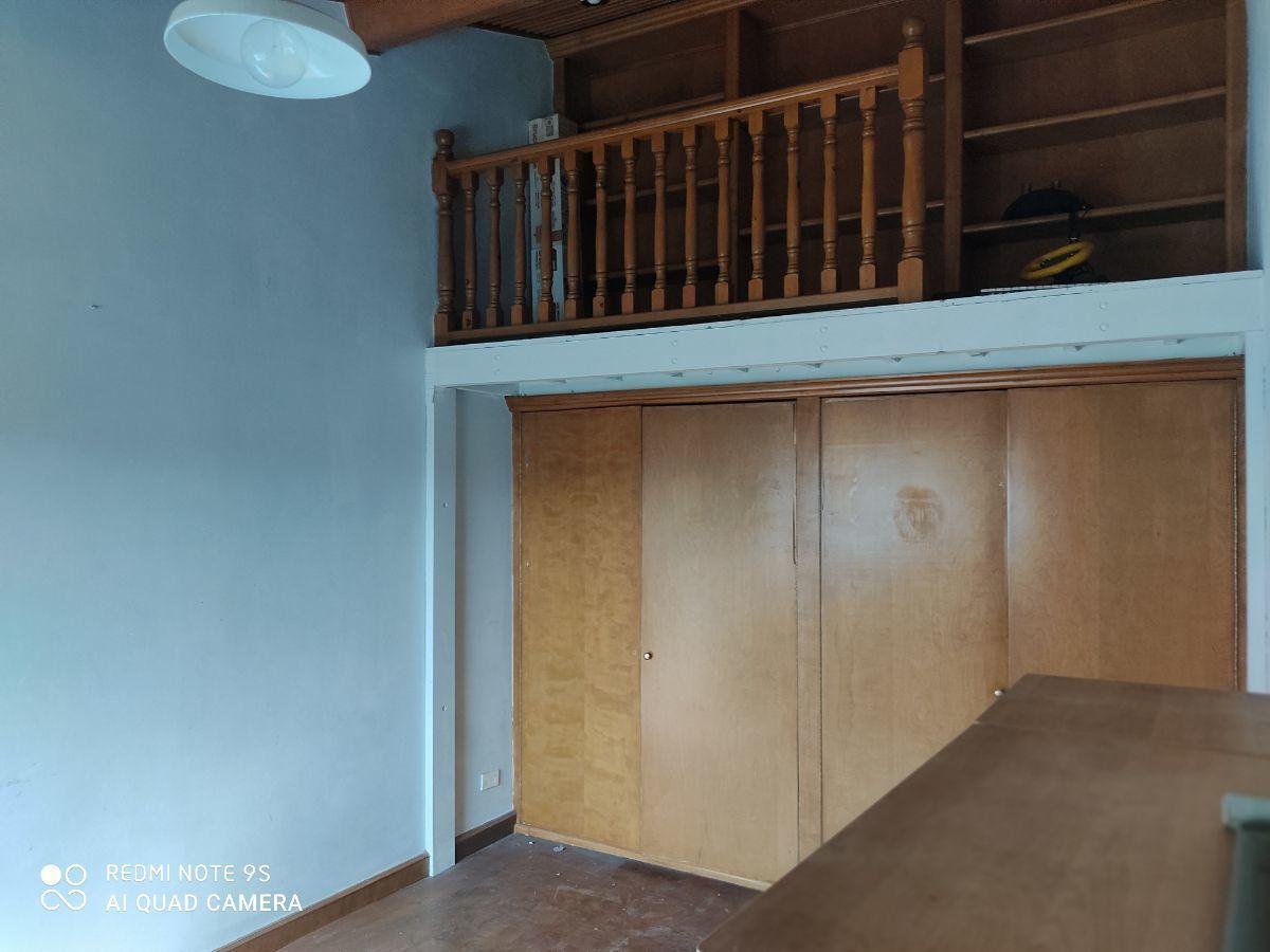 13 de 21: recamara 2 con doble altura piso de madera