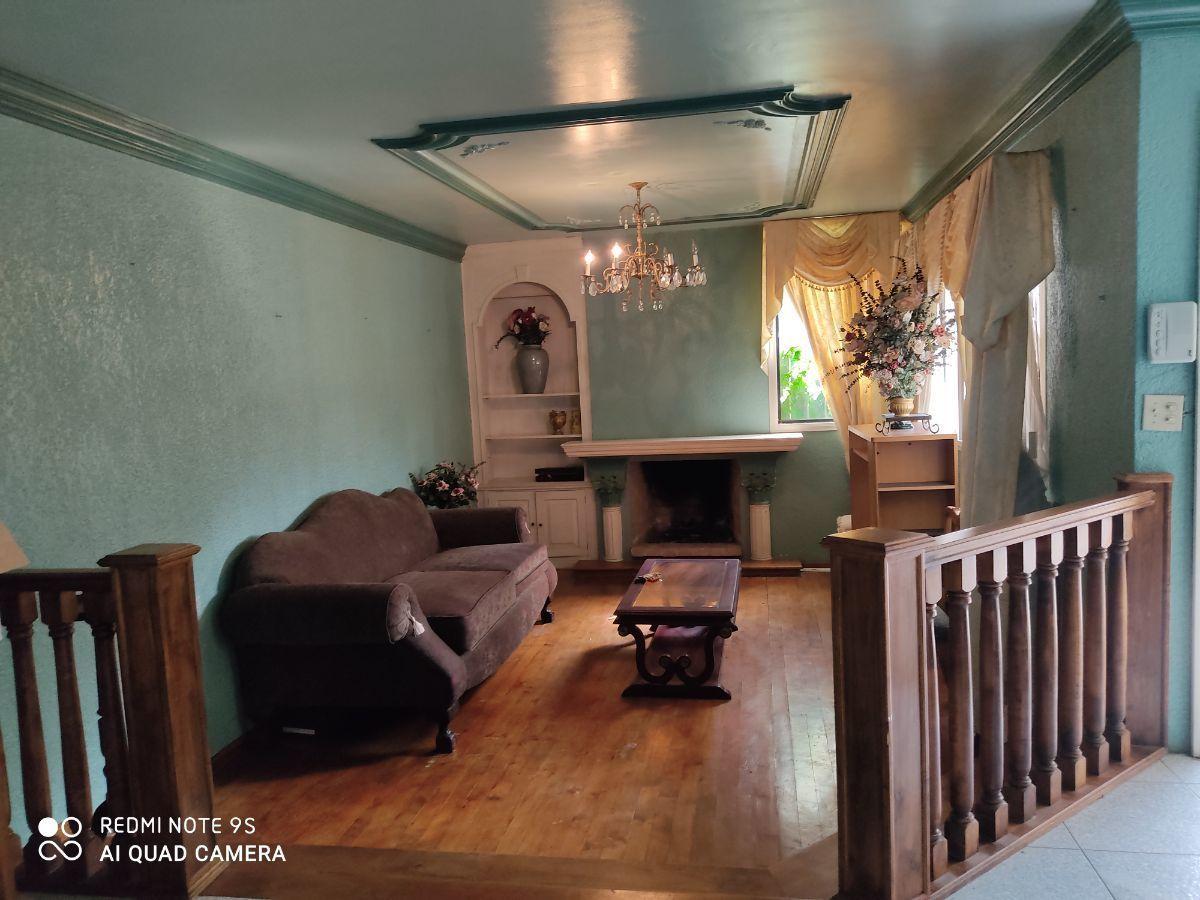 10 de 21: Sala con chimenea y piso de madera