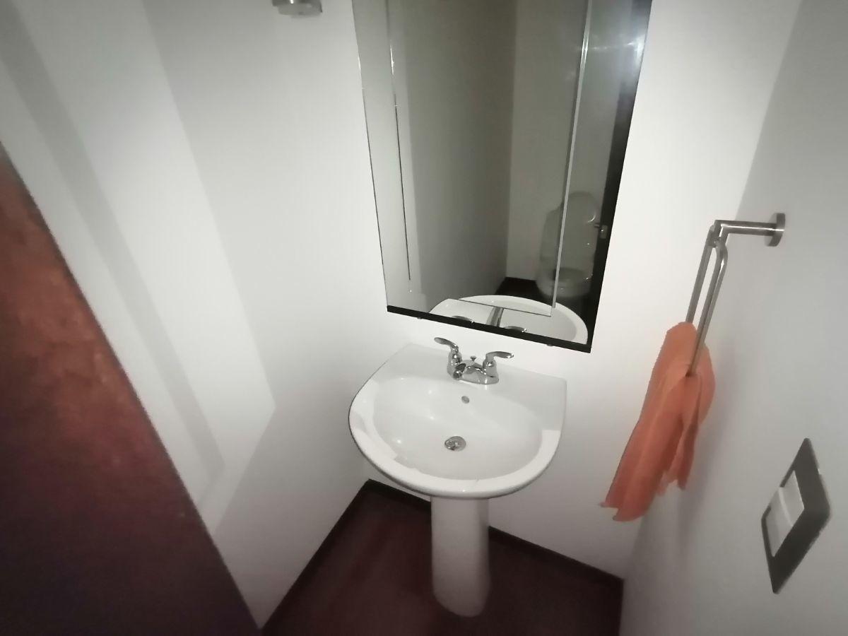6 de 23: Medio baño de visitas
