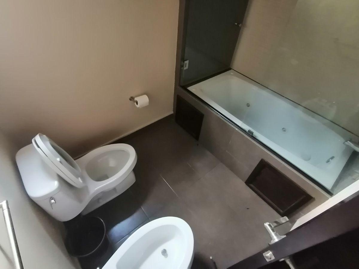 15 de 23: Baño de dormitorio principal