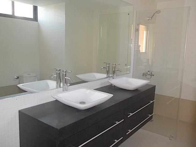 6 de 14: Baño habitación principal con doble lavamanos