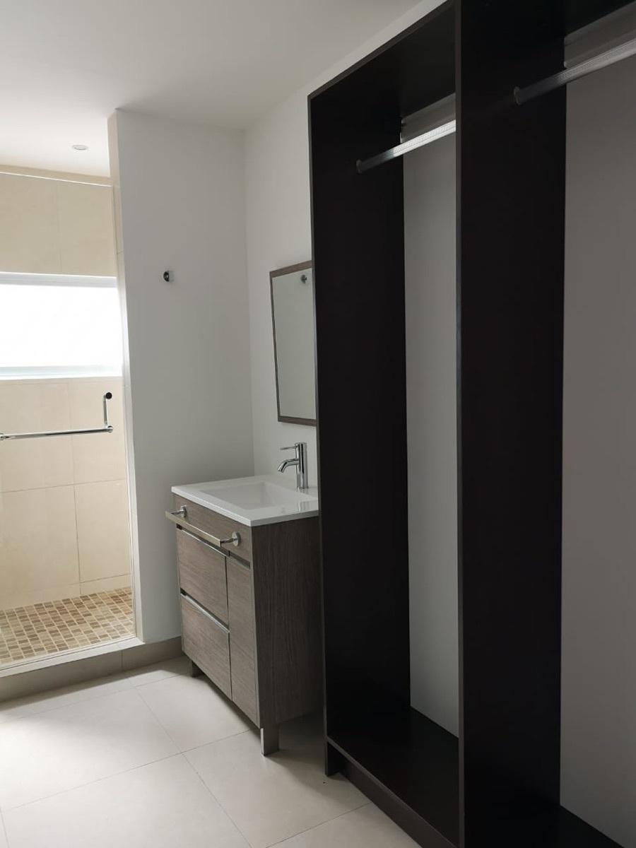 16 de 29: Closet vestidor y baño principal