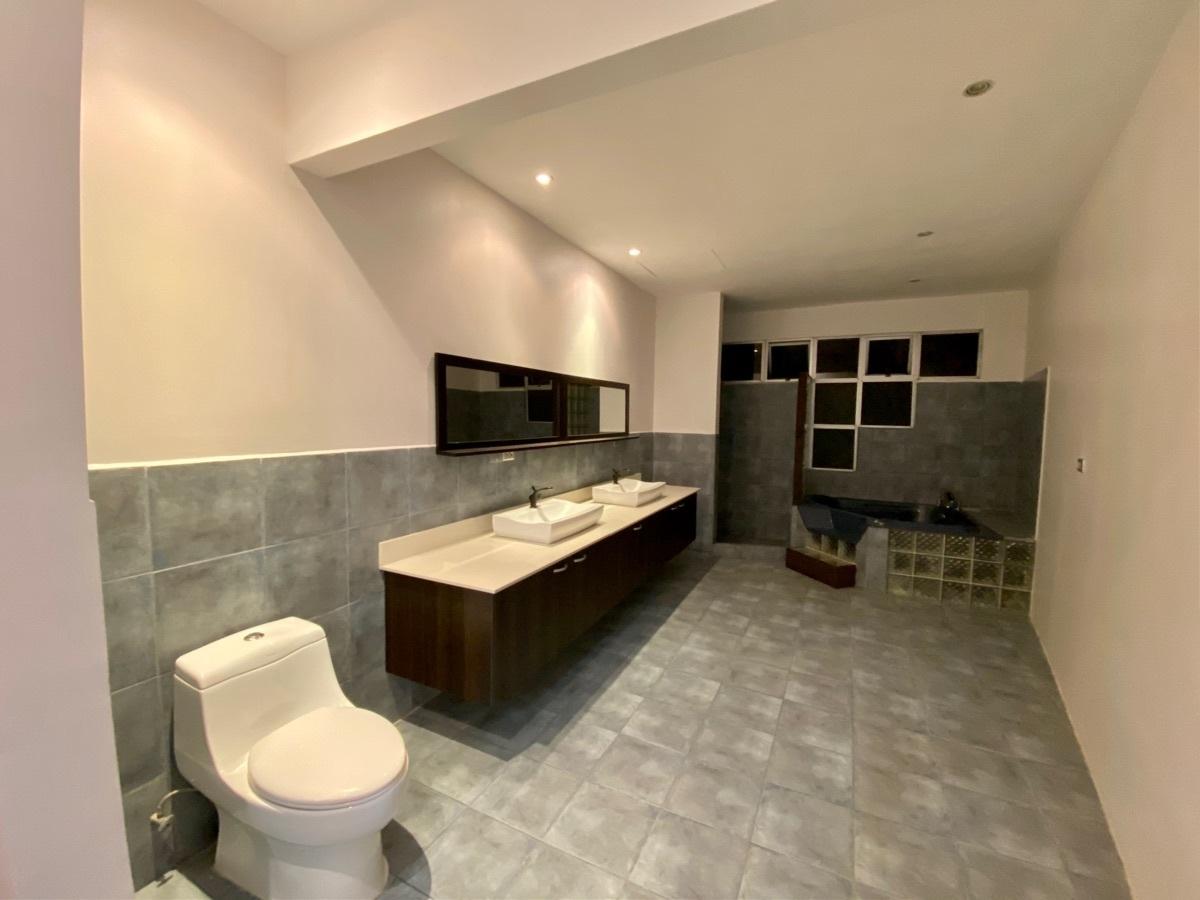 16 de 19: Baño de habitación principal