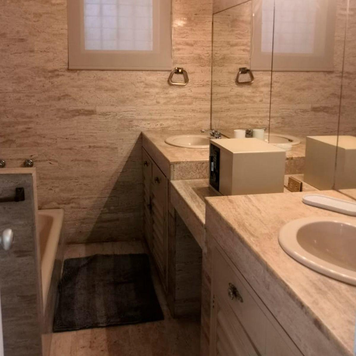 9 de 12: Amplio baño con tina