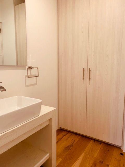 16 de 18: Baño de recámara principal con closet adicional
