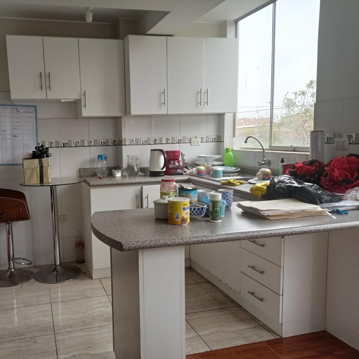 3 de 10: La cocina cuenta con un estilo americano y smuebles y bajos