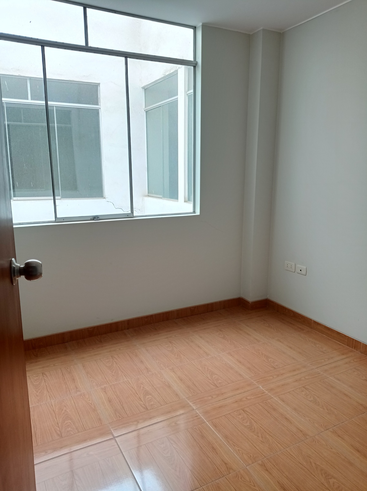 4 de 10: Habitación amplia con ventana