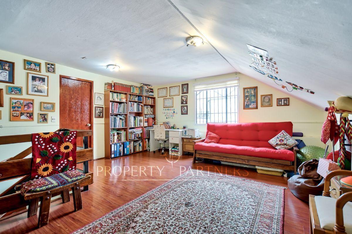 12 de 16: Amplia sala de estar en el tercer piso