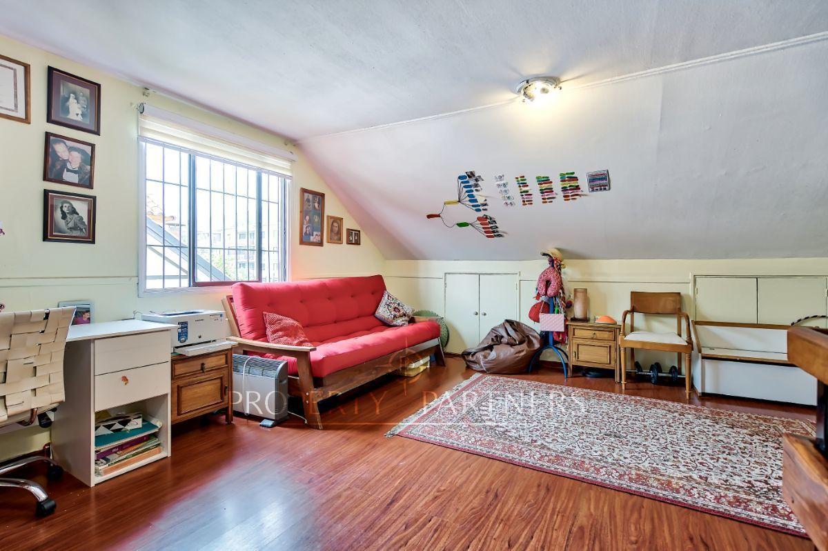 13 de 16: Amplia sala de estar en el tercer piso