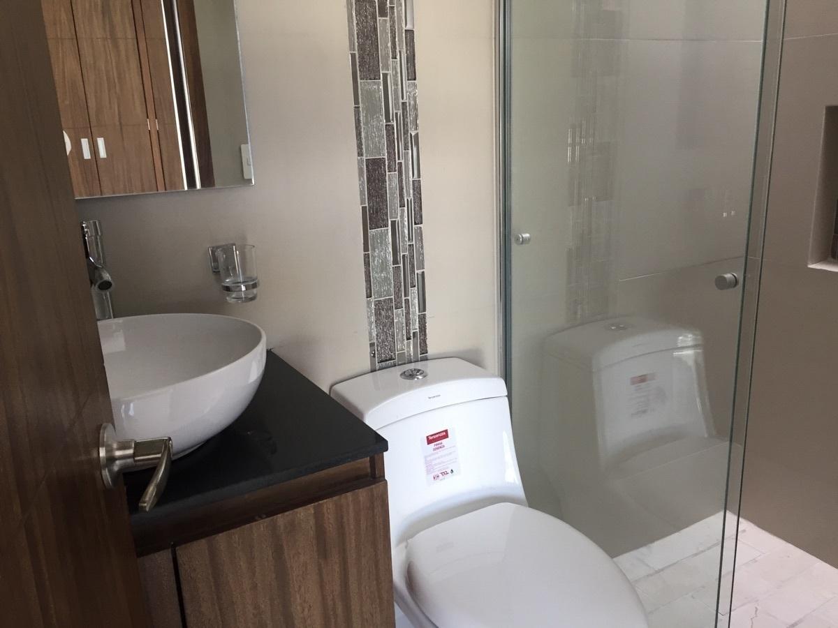 17 de 24: baños con excelentes accesorios en granito y cristal