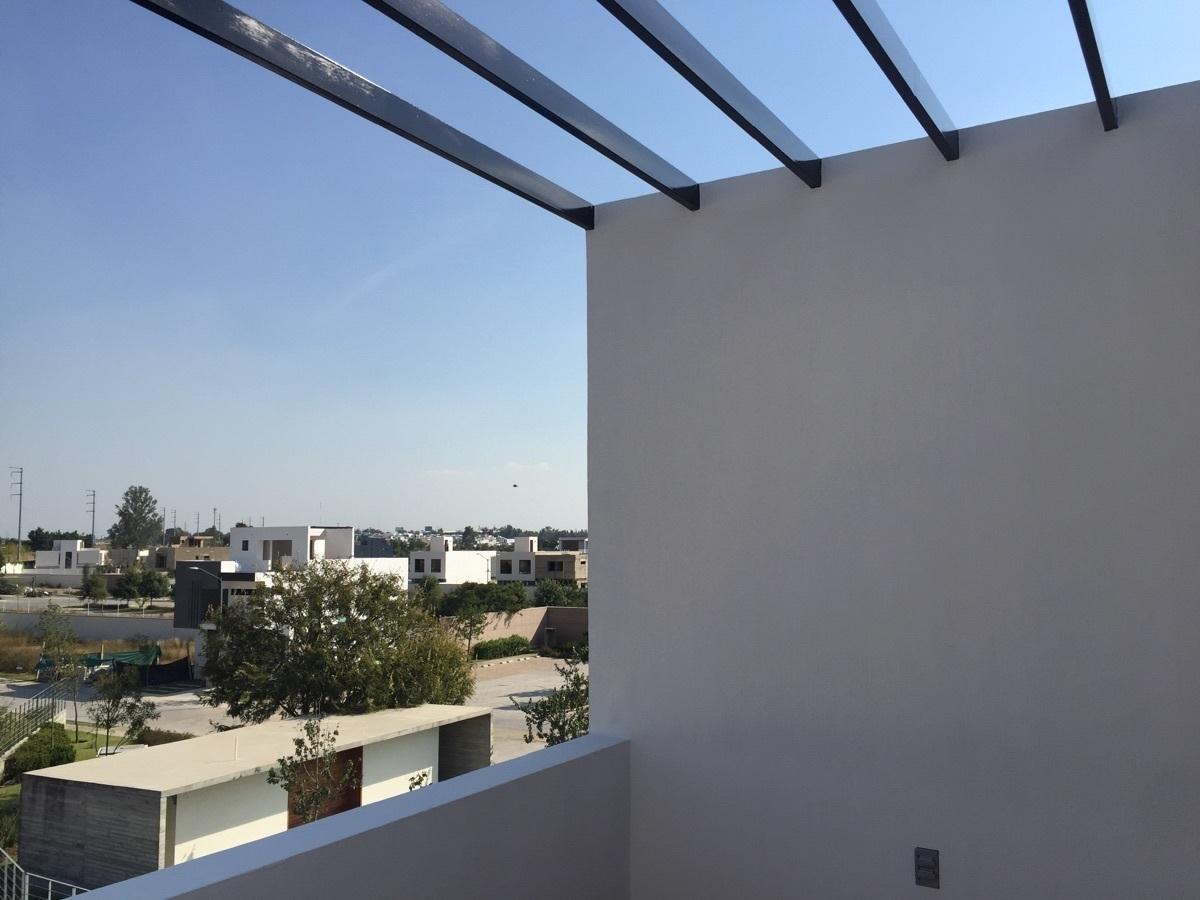 20 de 24: terraza en roof garden con pérgola
