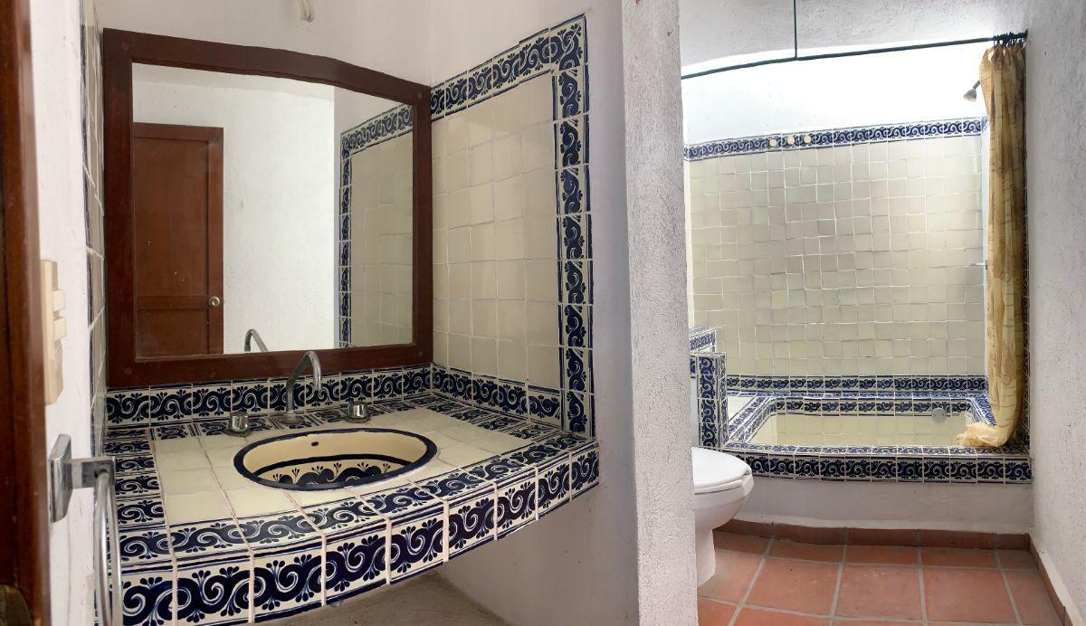 4 de 16: Baño principal con tina