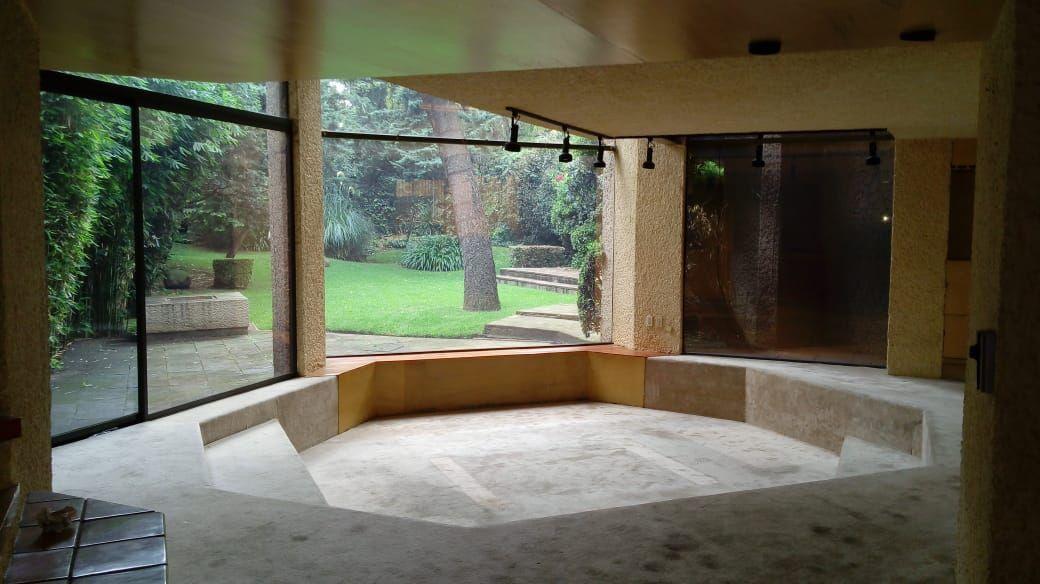 4 de 27: Sala con ventanales