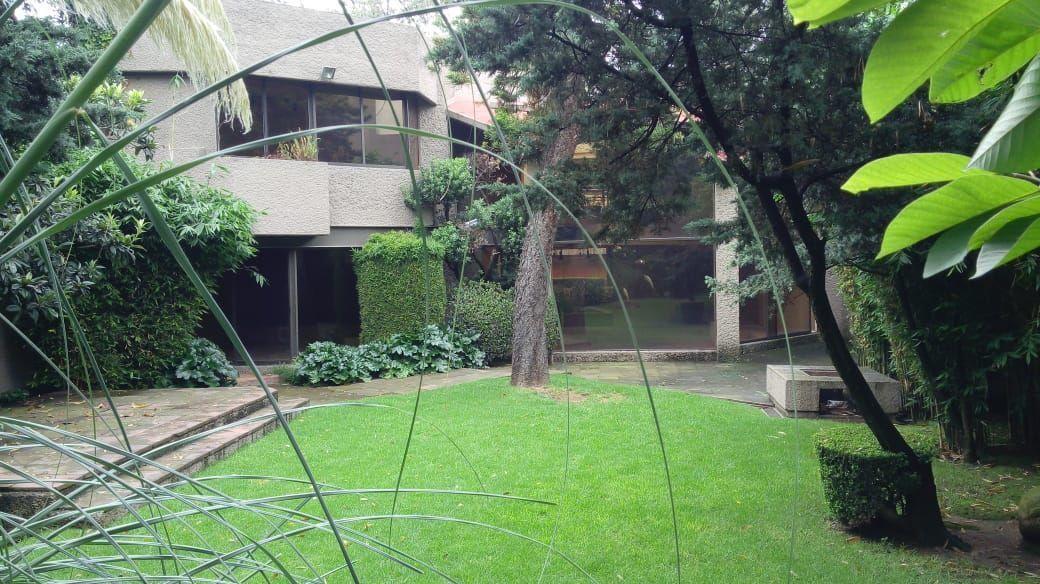 1 de 27: Fachada trasera desde el jardín