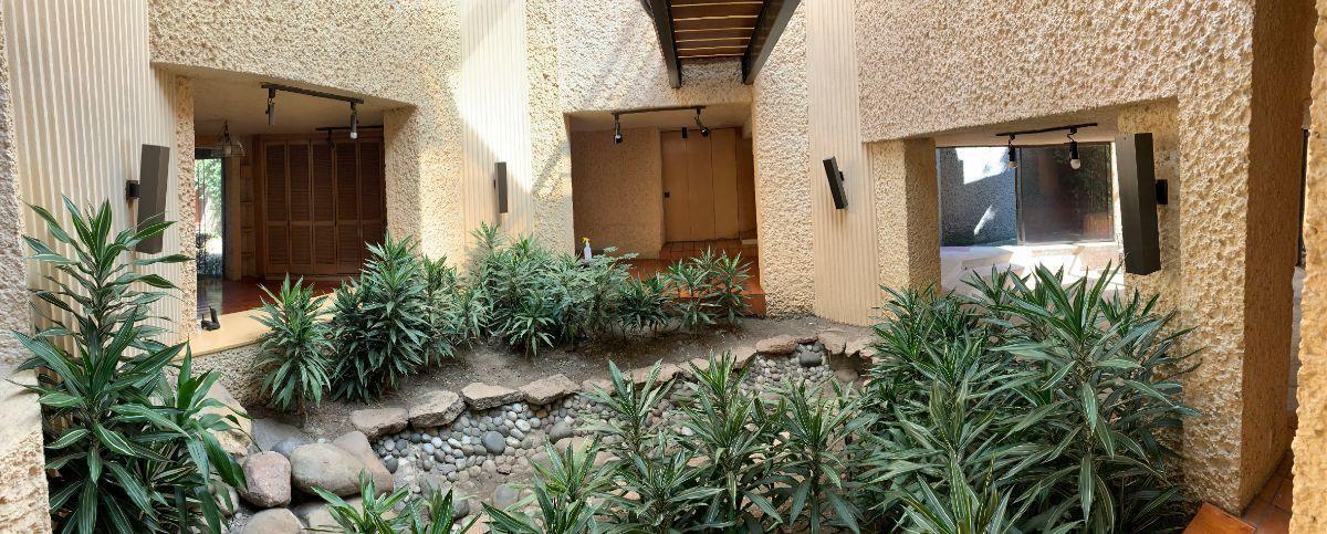 3 de 27: Entrada con jardín interior y fuente