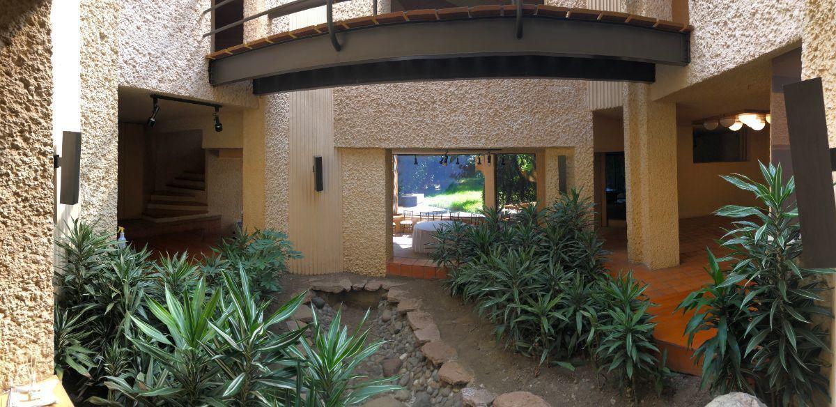 22 de 27: Jardín interno con comedor, sala y antecomedor a los lados