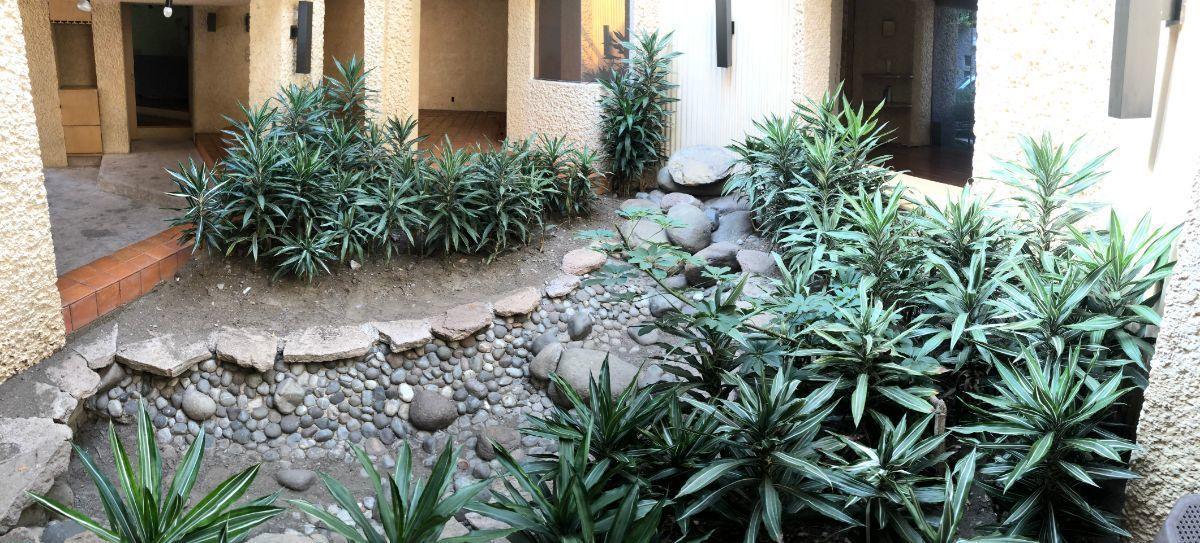 23 de 27: Jardín interno con fuente y tragaluz