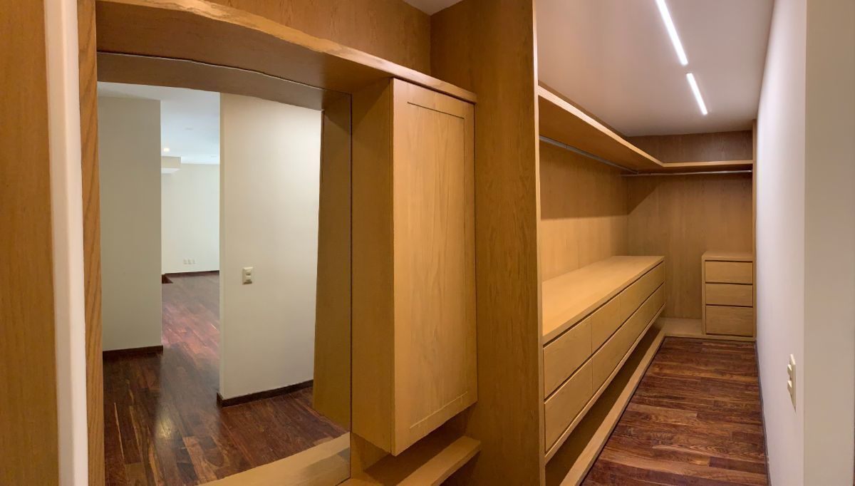 12 de 26: Amplio walk in closet de recámara principal