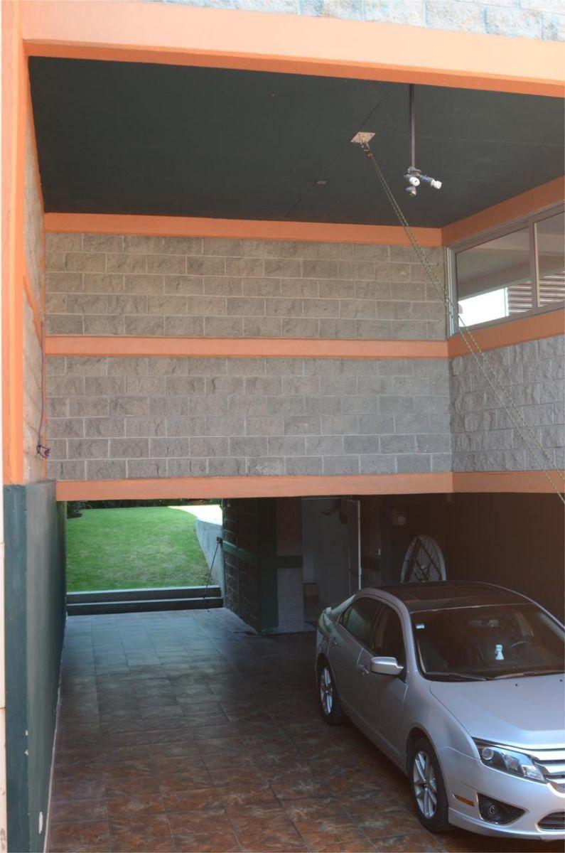 32 de 34: Estacionamiento techado