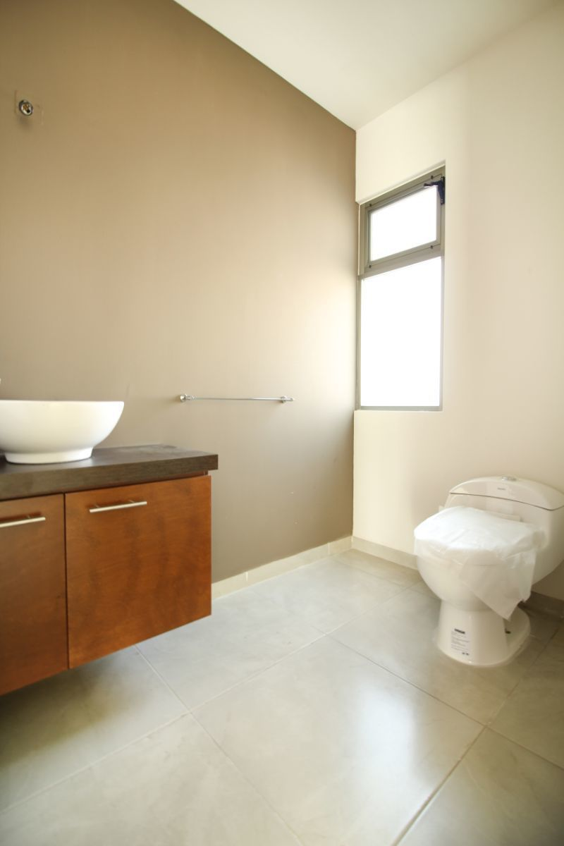 4 de 22: Medio baño en planta baja