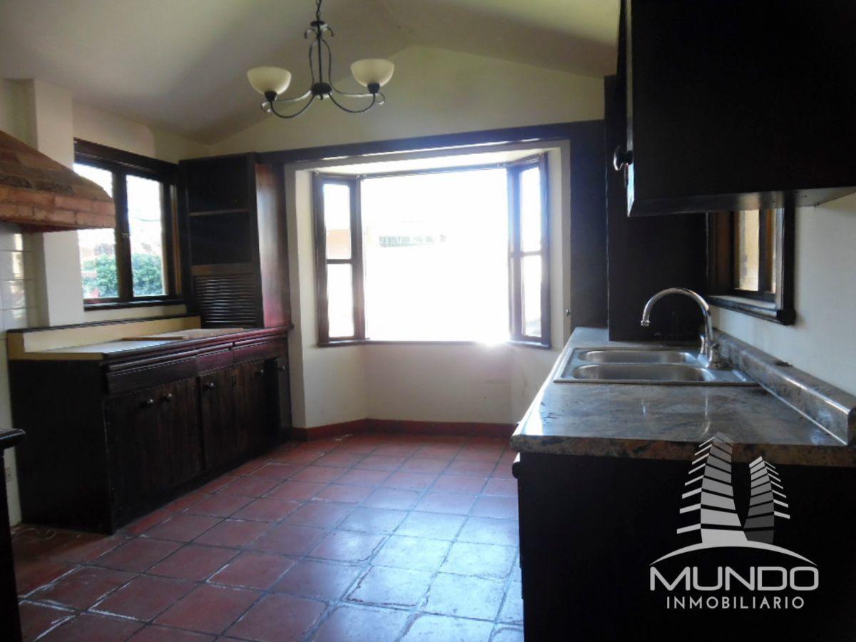 10 de 17: Amplia cocina con gabinetes en pura madera