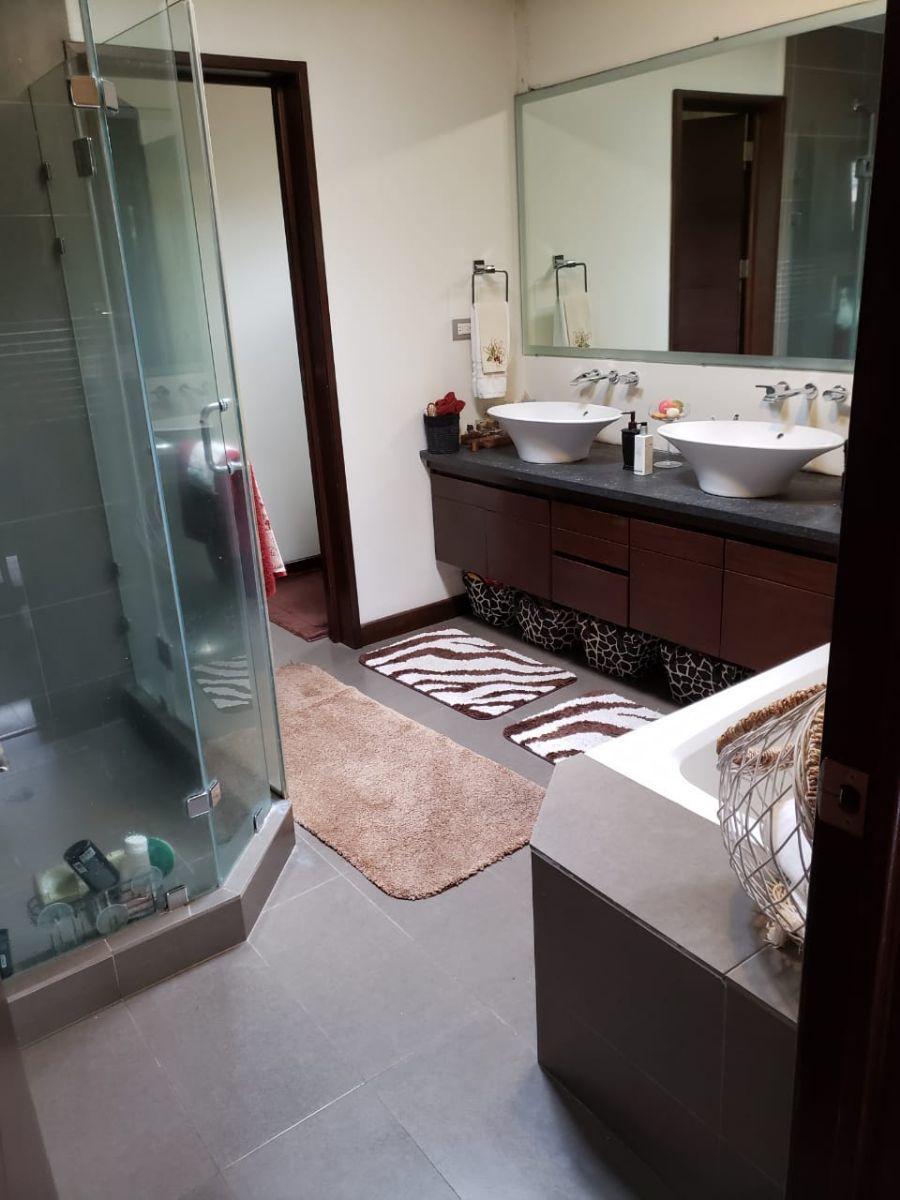 15 de 15: Baño Máster ,muebles y tina
