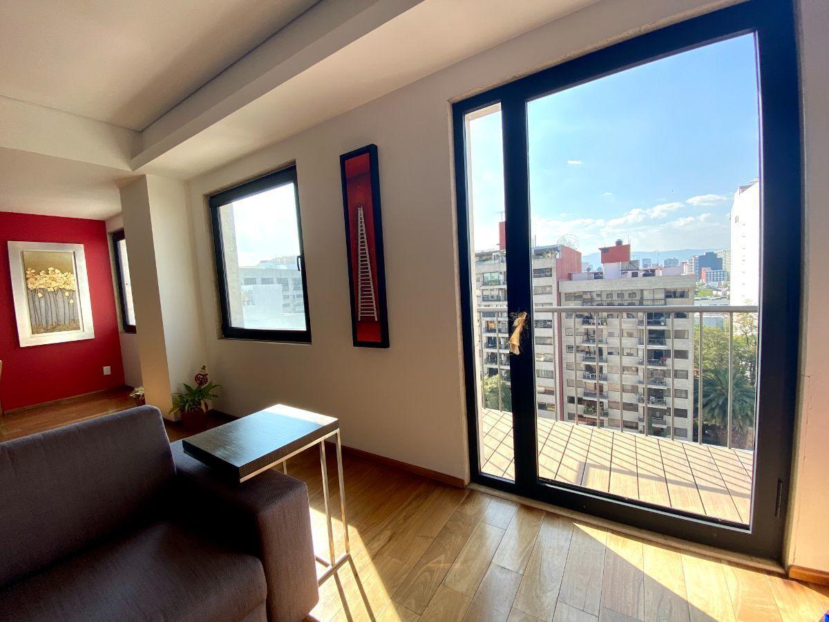 8 de 12: Sala con pequeño balcón.