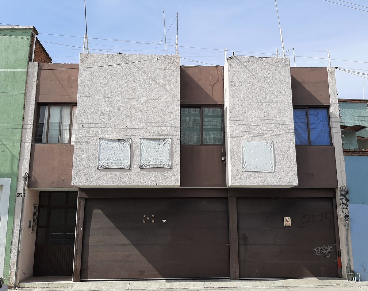 16 de 16: edificio con portones eléctricos
