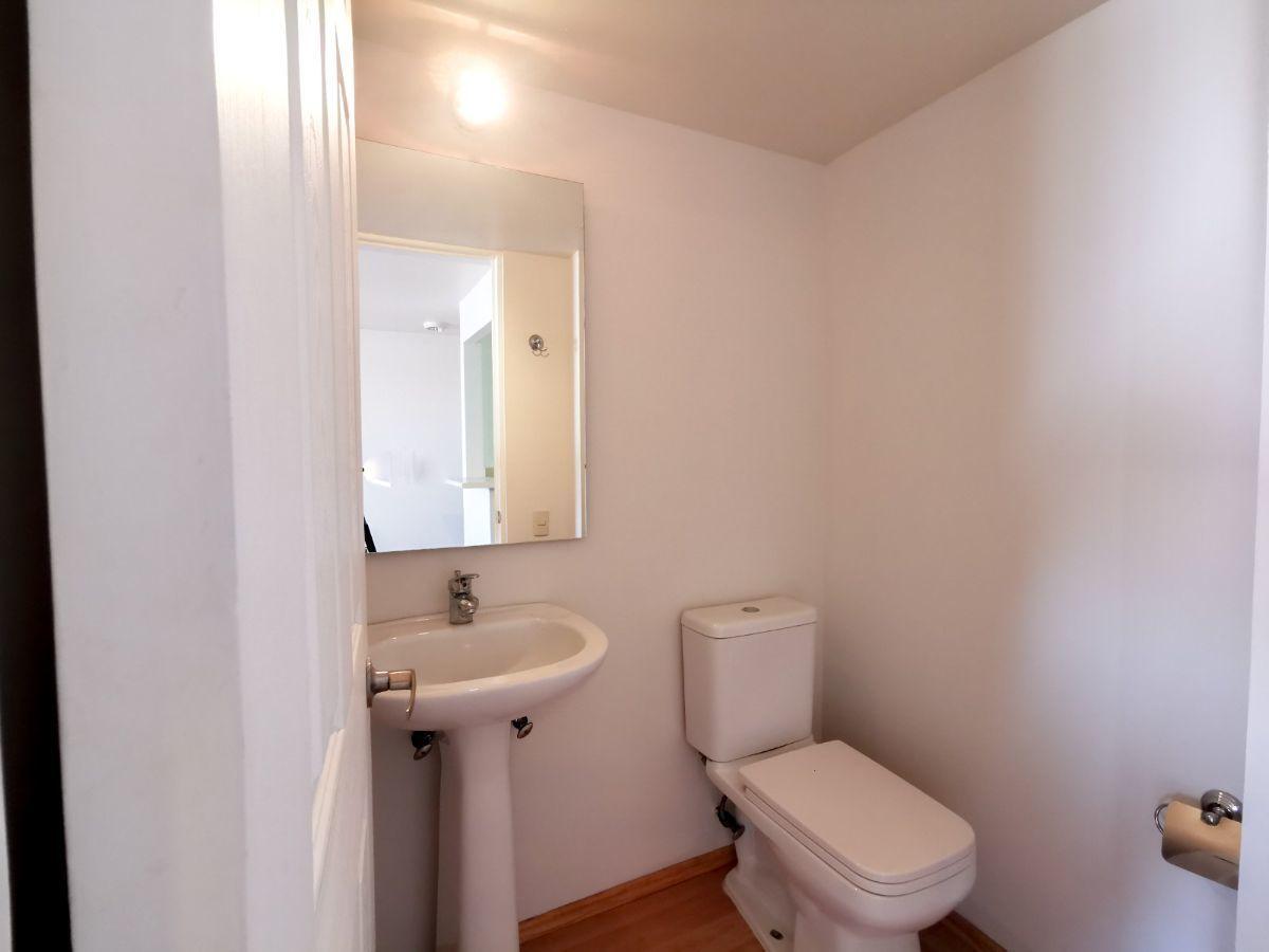 15 de 22: Baño de visitas (medio baño)