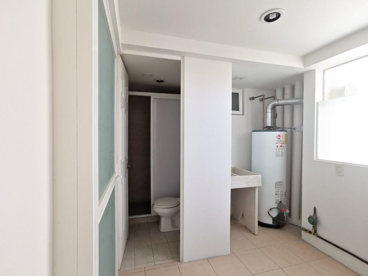17 de 22: Área de lavado y baño completo cuarto de servicio