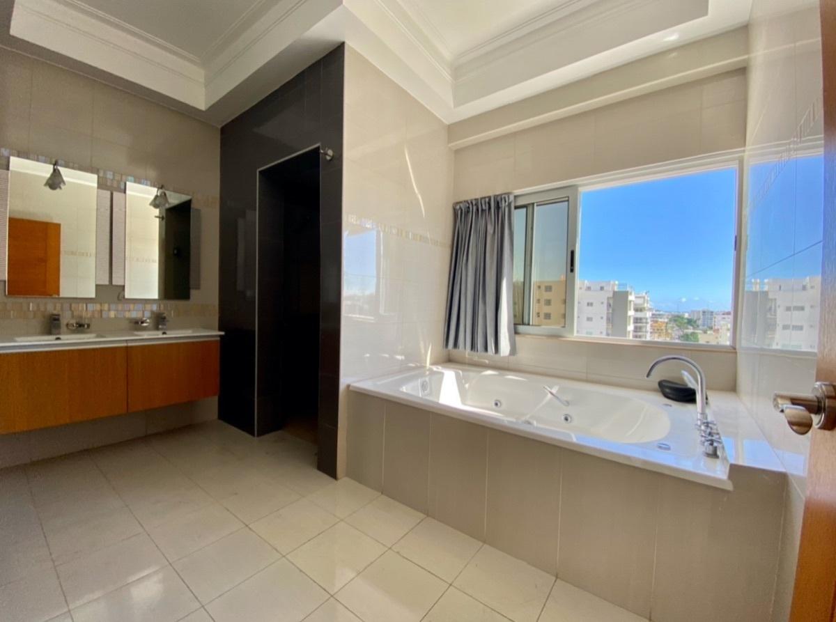 16 de 24: Baño Principal con hermosa vista